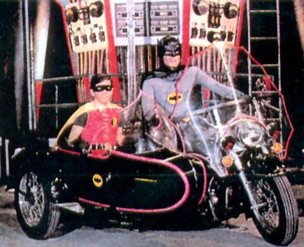 Batman, en sensuales mallas, con Robin en la Electra Glyde